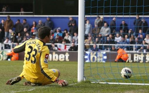 Julio Cesar chegou como estrela mas acabou sendo rebaixado com o QPR (Foto: Reuters)