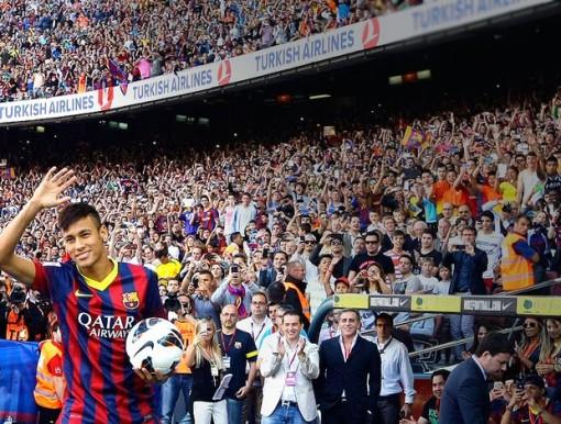 Neymar foi ovacionado  por mais de 56 mil torcedores no Camp Nou. (Foto: Reuters)