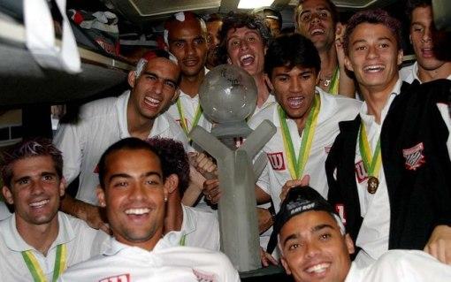 Jogadores do Paulista comemoram o feito inédito diante do Fluminense (Foto: Gazeta Press)