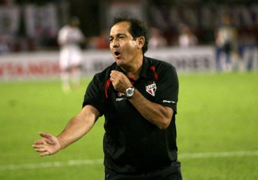 """Gesto característico mostrando que o treinador tem """"sangue na veia"""" (Foto: Terra)"""